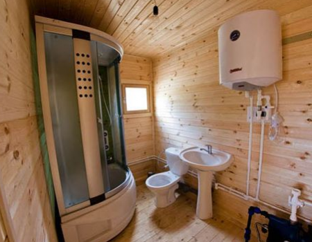 Bathroom in a wooden house: tips on arrangement